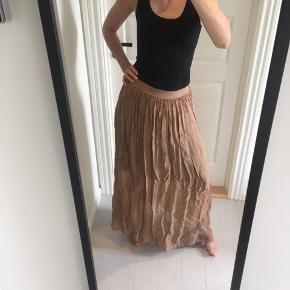 Så lækker og blød silke nederdel fra Tiffany.