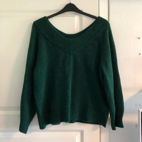 Blød grøn strik fra H&M, aldrig brugt. Har en bred udskæring
