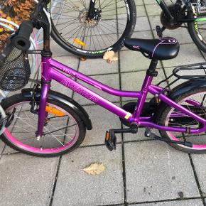 """Everton miniz 18"""" børnecykel i lilla/pink sælges udelukkende fordi min datter er blevet for stor til den. købt hos Esbjerg Cykellager 30/5-17 for 1999kr.  Som ny Ringeklokken er faldt af som det eneste.  Kvittering haves"""