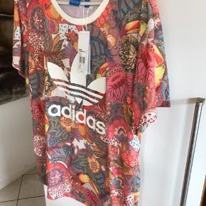 Smuk bluse fra Adidas den er købt som str 40 men jeg kan ikke helt finde ud af str så kig på det sidste billed den er ny med tags og aldrig brugt kun prøvet sælges kun da jeg har tabt mig meget så den ikke passer øv den er så flot😊😊