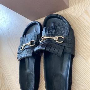 Brugt 2 gange sælges da de desværre er lidt for store bruger normalt 35 i sko 🌸   Byd gerne   Der er kommet lidt maling i bunden men ikke noget man hverken mærker eller ser 🌸