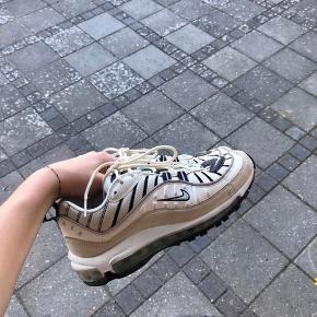 Sælger mine elskede sneaks!! Jeg købt dem for nogle måneder siden, men da jeg har ret mange sko, tænkte jeg at en anden kunne få gavn af dem!! De kostede 1200kr mener jeg! Da de stadig er i helt som ny stand sælger jeg dem indtil videre for 800kr 😊