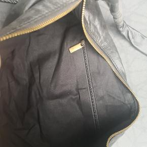 Lækker skind taske, lynlås tappen til at holde på er blevet beskadiget, mEn har ingen betydning for funktion eller taskens helhed da det er i inderlommen
