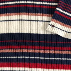 Lækker sweater med masser af stretch. Slidser på 10 cm i siderne. Ingen pletter el huller, er god men brugt. Omkreds bryst 118 cm, kan give sig meget. Fuld længde 64 cm God kvalitet.   Bytter ikke...
