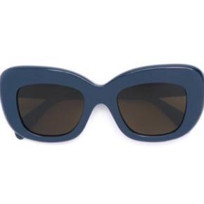 Celine Diane solbriller i den flotteste petroliums farve. Brugt få gange og fremstår som nye. Købt for ca. 1 år siden til 2000 kr.   Mødes helst og handler i København - ellers betaler køber porto :)