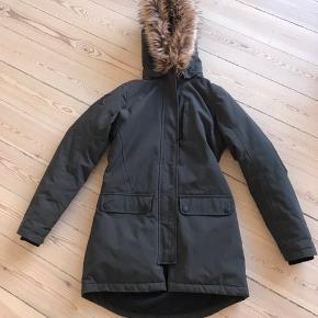 Lækker vindtæt og vandtæt frakke i god kvalitet fra Molo.   Går lidt ind i taljen og er lidt længere bagpå. Dejlig står hætte man kan søge i ly i og som kan tages af.  Så fin model.   Rigtig god stand.   Førpris 1200 kr