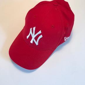 Helt ny New York Yankees kasket sælges, udelukkende fordi den aldrig er blevet brugt. Den fremstår fuldstændig som ny, og er ikke falmet i farven.   🛍 Sender med DAO 🛍 Køber betaler fragt 🛍 Kommer fra et IKKE ryger hjem 🛍 Tages ikke retur
