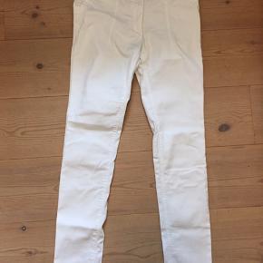 Hvide jeans med slim fit i blød bomuld med 2% elastan. Sælges billigt, så smid et bud 😊