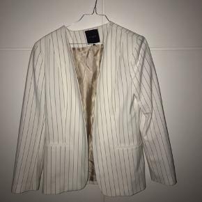 Sælger dette jakkesæt fra selected Jakke er en str 38 og bukser 38 Det helt nyt kun klippet mærket af
