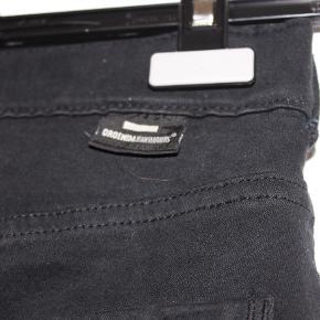 Sælger disse sorte Dr. Denim bukser i en str S. De er brugt i en periode, men fejler ikke noget.   Sælges til 150kr.