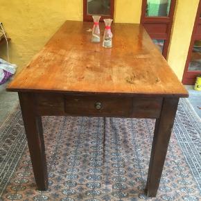 Antikt langbord ca 100 år gammelt. Trænger til en slibning og lak eller olie. Bordet er ca 170 cm langt. Der er 3 skuffer under bordpladen. Skal hentes i spøttrup