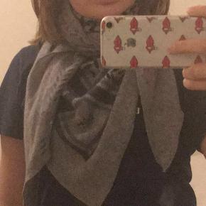Hejsa sælger mit helt nye lala Berlin tørklæde aldrig brugt og har ingen skader!  Str. M  Håber det får en nu ejer snart!  Byd endelig!