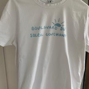 """Fineste hvide t-shirt med """"Boulevard du soleil conchant"""" på i lyseblåt☀️ Brugt max 2-3 gange"""