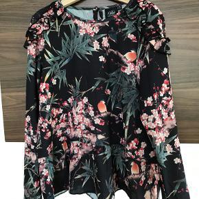 Rigtig fin bluse Der er løbet en tråd foran - se billeder, sælges derfor billigt Ellers pæn stand  Prisen er excl. porto Bemærk, mine priser er faste. Handler gerne mobilepay på 26810990
