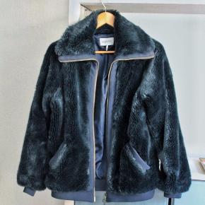 Meget godt brugt faux fur fra Ganni! Har nogen vandskader ved kragen.  Længde: 65 cm  Kan sendes eller afhentes på Christianshavn ✨