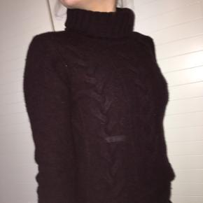 Fin mørkerød sweater fra Hugo Boss i str. small