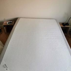 Seng Sultan Skaun fra 2014. Måler 140x200 cm. God seng med topmadras med memory foam. Nypris 7300kr