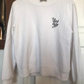Hvid sweatshirt med broderet yes no på brystet. Fluffy, vanvittigt blødt stof på indersiden! Utrolig behagelig trøje, perfekt til efteråret :)