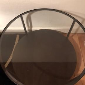 Fint sofabord fra Ikea, står bare og fylder da jeg har fået et andet.  Diameter  75 cm & 45 cm høj