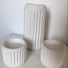 Vase + 2 lysestager i mat råhvid fra jysk 250kr for hele sættet(sælges samlet)  • lysestagerne er til bloklys • nypris på vase 200kr • nypris på lysestager pr. Stk. 100kr  Befinder sig mellem Dybvad og skæve