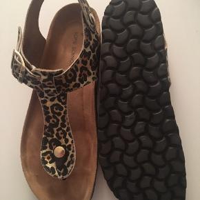 Brugt få gange, købt for lille.  Fine leopard sandaler, der er behagelige at gå i.