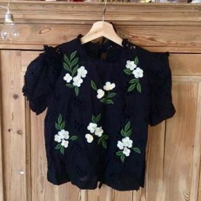 Sød sort broderie anglaise top med bindebånd bagpå og blomster foran