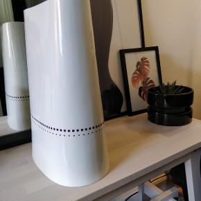Hej,  Jeg sælger denne store Anne Black Hay-vase, da jeg har fået en ny vase.  Det er den store udgave, som er ca. 33x23 cm.  Den er i utrolig pæn stand, da den kun har stået til pynt og er passet godt på.  Nypris er 800kr.
