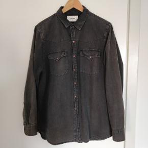 Fed casual skjorte fra Rollas. Jeg sælger den da jeg ikke længere går i den.  Den minder lidt om en traditionel western skjorte. Kommer fra røgfrit hjem.
