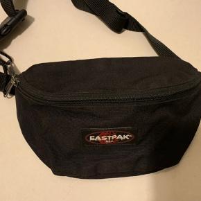 Sort unisex eastpak crossbody / waistbag (Springer Model) Brugt flere gange! Med er stort rum og mindre lynlås Rum bagpå. Mål ca 22 cm i bredde og højde ca 15 cm samt lang regulerbar rem