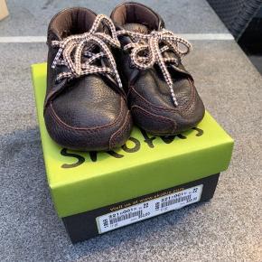 Begynder sko til de mindste. Har en smule slid under bunden ellers rigtig god stand inkl ekstra snørebånd
