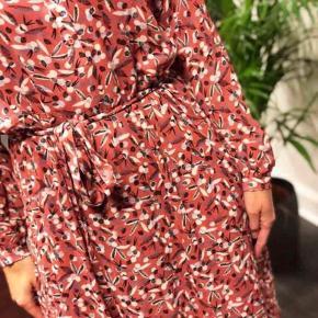 Super smuk maxi kjole med skjortelook. Der medfølger underkjole til... brugt en enkelt gang... str. 38