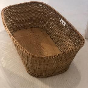 En af de absolut skønneste store vintage linnedkurve. Denne er helt anderledes end de gængse, da den er med træbund. Dog er den ikke tung. I meget fin stand.  Længde 94cm Bredde 59cm Højde 30cm