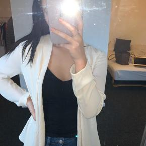 ||| OBS ||| INTET OVER 150kr NETOP NU  Cremefarvet/let Rosa løs blazer fra Amisu. Har en lille plet (se billede) som sikkert kan gå væk med noget kærlighed - derfor den billige pris, ellers kun brugt få gange