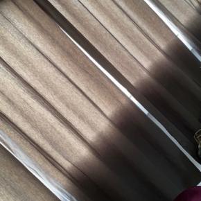 Mørklægningsgardiner. Måler 145x250cm. 4 stk. lysnet af solen på bagsiderne og lidt i siderne men kan ikke rigtig ses når de hænger