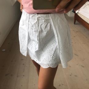 Sælger denne fine nederdel fra zara, den er i en str M men fitter også en str S, da jeg selv er det! Byd gerne
