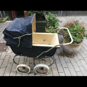 Fin vintage dukkevogn fra Engby. Brugsspor og trænger til lidt sæbevand og kærlighed mens ellers fin stand. 100kr Kan hentes kbh v