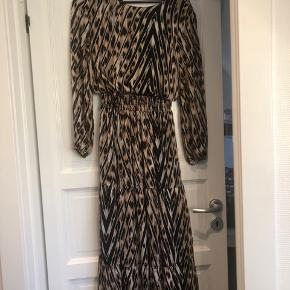 Super fin kjole fra sisters point. Kjolen er med fine guld tråde.
