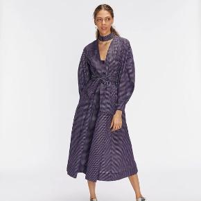 Helt ny lilla og sort ternet Ganni kjole str. 36, aldrig brugt. Stadig pris mærke i kjolen.  Ikke bytte og kun til prisen. Sendes til en Post Box nær dig med DAO.