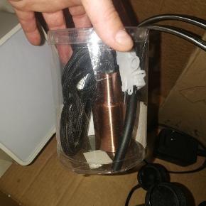 Rigtig fin fatning til lampe (E14). Metal (børstet kobber-look). Ny i original emballage. Sælges ikke længere.