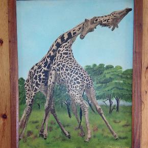 Billede af forelskede giraffer på savannen, malet af afrikansk kunstner, signeret Furaha Paragon Arts, p.o. 1468, Mbeya, Tanzania. 51 x 65 cm, inkl. træramme