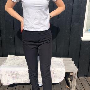 Flotte sorte bukser med er snit. Brugt 2 gange, da jeg har et andet par.😊😊