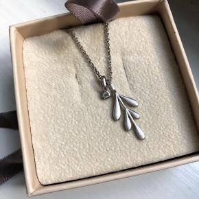 Smuk sølv halskæde fra By Biehl Nypris 795kr Halskæden er aldrig blevet brugt og står som ny. Original æske haves.  Prisen er ikke til forhandling.  Sender med DAO og køber betaler fragt ☀️