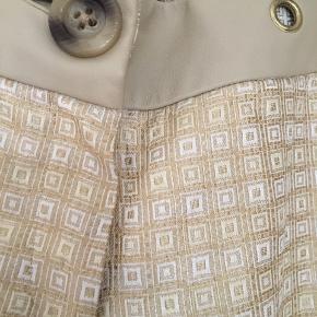 Smukke bukser i guld-brokadestof. Brugt 2 gange.