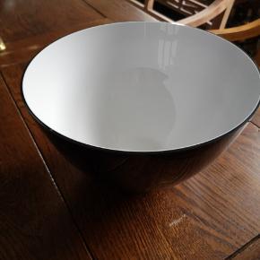 Glas, Skål, Holmegaard  Stor skål fra Holmegaard, Cocoon. Sort/opal, glas. Diameter 25cm. Højde 15 cm. Skålen har et lille skår, udvendig i toppen. Det er meget svært at få øje på. Lav pris pga. det. Pris 100kr. Ny koster cir. 650kr.-