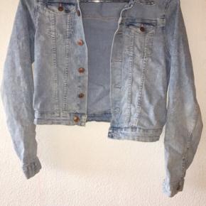 Sælger denne denim jacket fra H&M. Jakken er blevet brugt en del, men der ses ikke nogen brugstegn:)