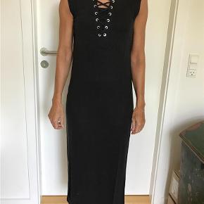 Varetype: GODT KØB skøn kjole - som ny Farve: Sort Oprindelig købspris: 1499 kr.  Skøn sort lang kjole fra Iro i 100% hør. Kjolen har cool snøre effekt foran ved brystet. Jeg har en sort top på inden under, og den kan ses ved snøre effekten.  Forsendelse er angivet via DAO incl. Track &Trace.  Jeg er ikke interesseret i at bytte. PS se også mine andre annoncer.