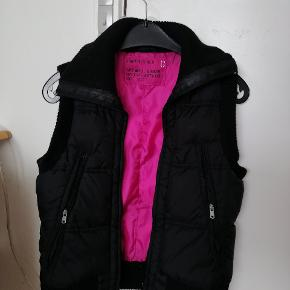 Sort tyk vest med pink for str xs og small. 25 kr