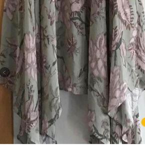 Skøn ny nederdel af 100 % viscose. Livv. Elastik 76-82 cm. Længden 72-95 cm ca.