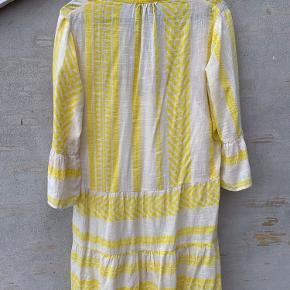 Skøn kjole fra Neo Noir i en frisk gul farve.. Str. S. Der er tilhørende strop-underkjole til ( ikke fastsyet), så kjolen ikke er gennemsigtig.. Brugt 2 gange -og ingen slid, huller ell pletter..  Brystmål. 52x2 cm Længde. 92 cm. Befinder sig i Tarup - Odense NV