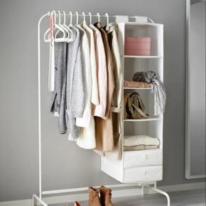 Ikea mulig tøjstativ. Pæn og ny, kun brugt i et par uger. Sælger kun fordi jeg ikke har plads alligevel, og skal af med det hurtigst muligt.  Den står samlet og skal afhentes senest fredag d. 19/7 Byd løs! :)